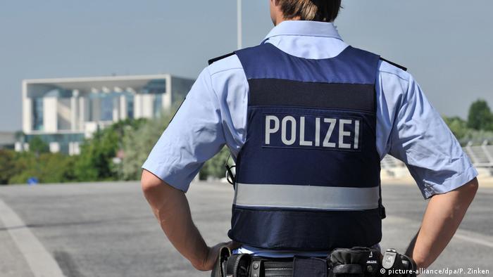 Symbolbild Polizei am Kanzleramt (picture-alliance/dpa/P. Zinken)