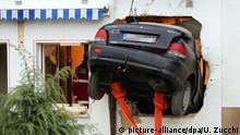Auto fährt ungebremst in Wohnhaus - Fahrer tot