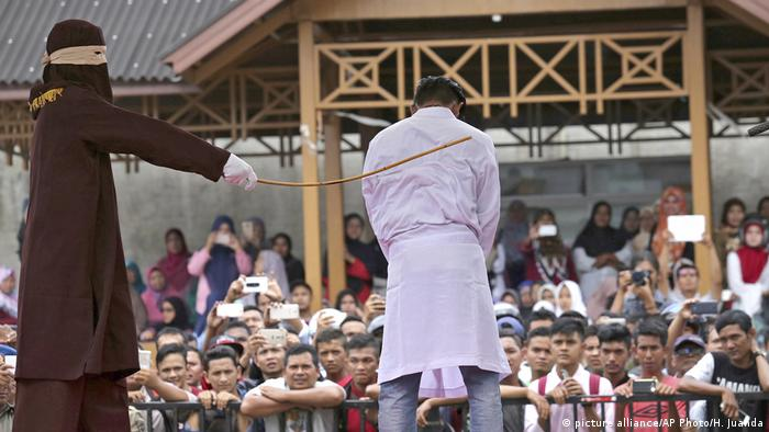Indonesien Prügelstrafe in der Provinz Aceh (picture alliance/AP Photo/H. Juanda)