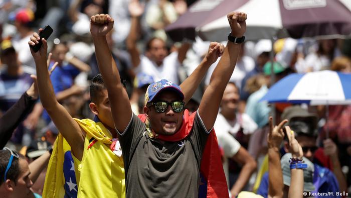 Учасники демонстрації в Каракасі