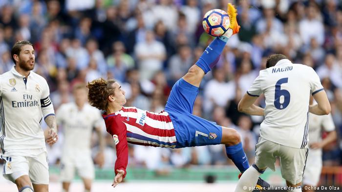 El Real Madrid y el Atlético se enfrentarán en las semifinales de la Liga de Campeones, según determinó el sorteo realizado hoy en la sede de la UEFA en Nyon. Juventus y Mónaco chocarán en el otro cruce. (21.04.2017)
