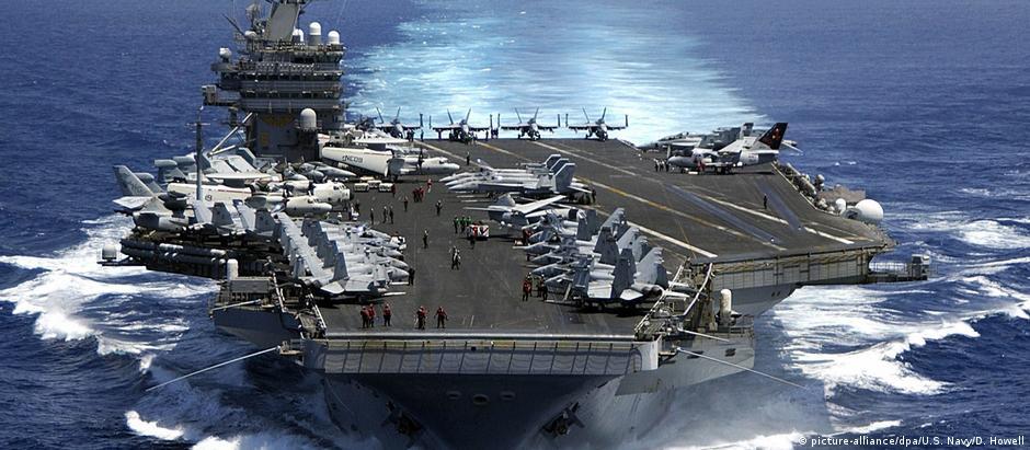 Porta-aviões americano USS Carl Vinson