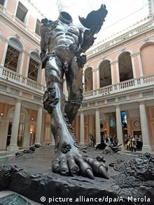 Hirst's Demon with Bowl fills the Palazzo Grassi atrium (picture alliance/dpa/A. Merola)