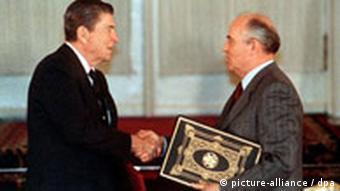 میخائیل گورباچف و رونالد ریگان در حال بستن قرارد تحدید سلاحهای هستهای