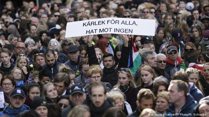 Schweden - Stockholm nach dem Anschlag - Lovefest (picture-alliance/AP Photo/M. Schreiber)