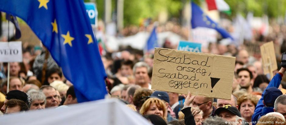 Segundo os organizadores, 70 mil pessoas participaram de ato contra o governo da Hungria