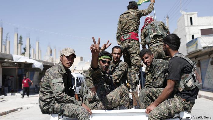 Miembros de la Unidad de Defensa Popular Siria en Al Raqa.