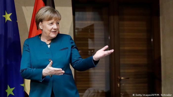 Deutschland Merkel in Kampfstellung Symbolbild (Getty Images/AFP/M. Schrader)