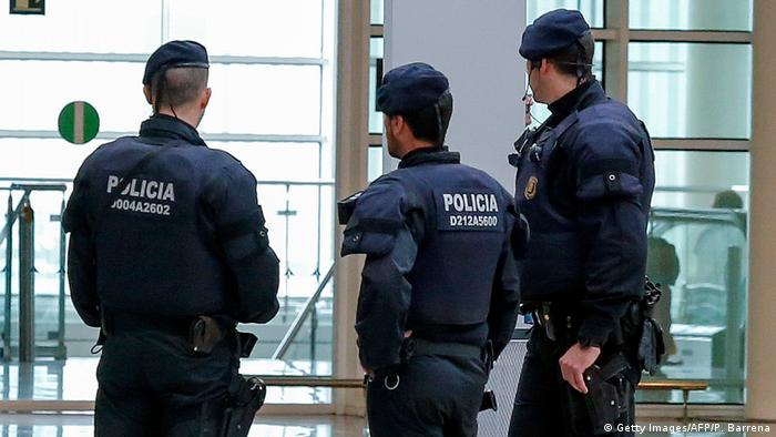 Spanien Polizisten am Flughafen Barcelona Symbolbild (Getty Images/AFP/P. Barrena)