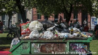 A trash dumpster piled high with trash bags (picture-alliance/dpa/P. Zinken)