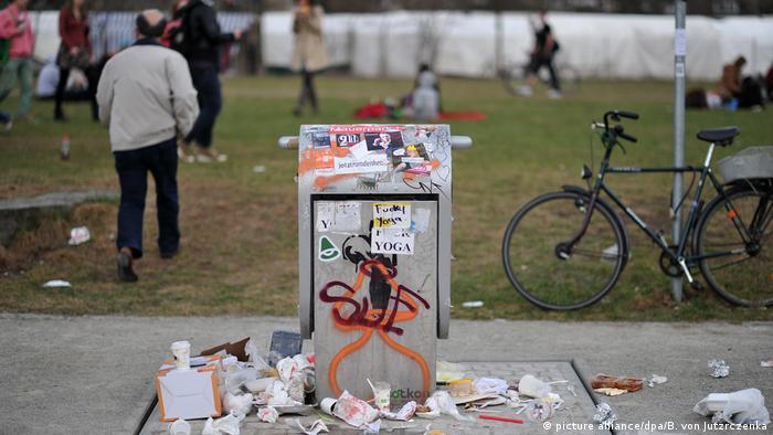 Berlin - Müll im Park - Mauerpark