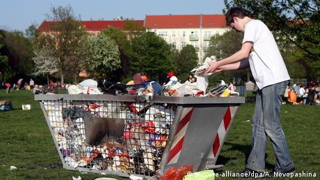 Müll im Berliner Mauerpark (Foto: picture-alliance/dpa/A. Novopashina)
