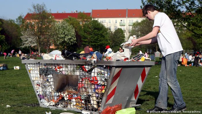 Trash bin at Mauerpark in Berlin (picture-alliance/dpa/A. Novopashina)