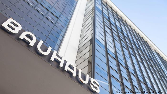 Bauhaus in Dessau (picture-alliance/Acro Images/J. T. Werner)