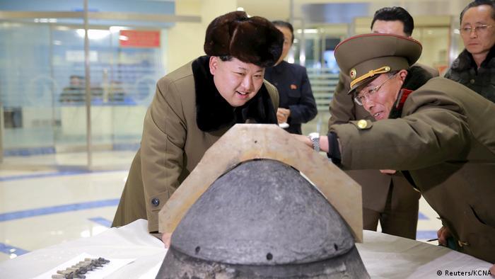 Nordkorea Kim Jong Un inspiziert einen Raketekopf nach dem Test