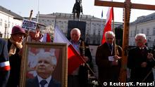 10.04.2017+++ People hold crosses and a portrait of late President Lech Kaczynski as they take part in a ceremony marking the seventh anniversary of the crash of the Polish government plane in Smolensk, Russia, that killed 96 people, including President Kaczynski and his wife Maria, outside the Presidential Palace in Warsaw, Poland April 10, 2017. REUTERS/Kacper Pempel