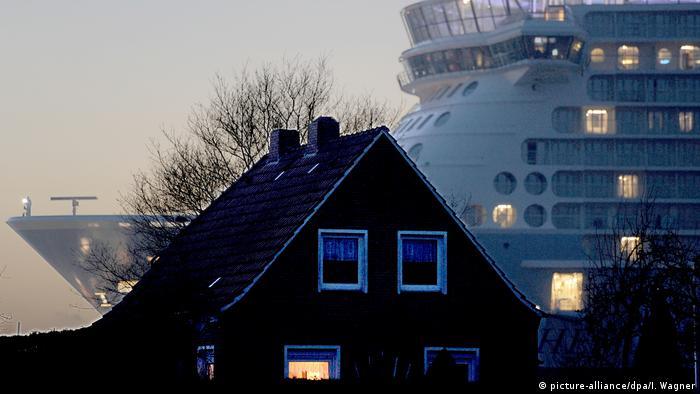 Deutschland Überführung Kreuzfahrtschiff in die Nordsee (picture-alliance/dpa/I. Wagner)