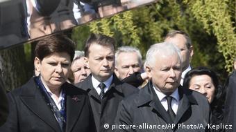 «Μετά από δέκα χρόνια σκέφτομαι κάθε μέρα τον αδελφό μου και αναρωτιέμαι τι συνέβη» αναφέρει ο Γιάροσλαβ Καζίνσκι (δεξιά)