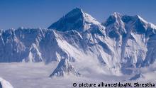 ARCHIV - Aussicht aus einem über Nepal fliegenden Flugzeug auf den Mount Everest, aufgenommen am 14.09.2015. (zu dpa Indien will MountEverest neu vermessen vom 25.01.2017) Foto: Narendra Shrestha/EPA/dpa +++(c) dpa - Bildfunk+++ |