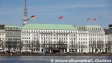 Das Fairmont Hotel Vier Jahreszeiten an der Alster in Hamburg, aufgenommen am 24.03.2017. Foto: Christian Charisius/dpa   Verwendung weltweit