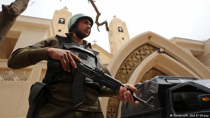 Ägypten Polizist vor der koptischen Kirche in Tanta