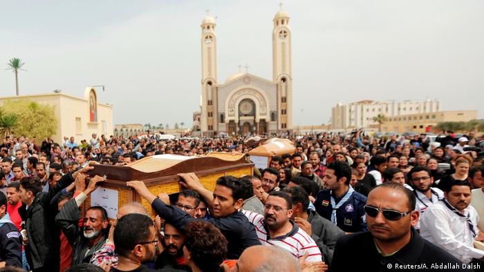 Ägypten Trauernde vor der koptischen Kirche Saint Mina in Alexandria