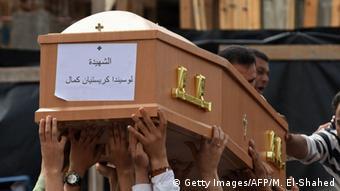 Ägypten Trauernde vor der koptischen Kirche Saint Mark in Alexandria