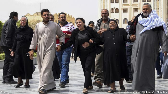 Ägypten Trauernde vor der koptischen Kirche Mar Amina in Alexandria (picture-alliance/AP Photo/S. Abdallah)
