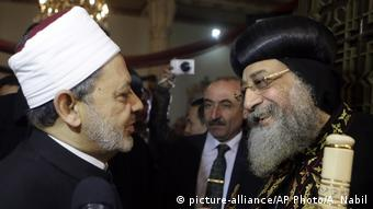 Ägypten Ahmed al-Tayeb mit Patriarch Tawadros II. (picture-alliance/AP Photo/A. Nabil)
