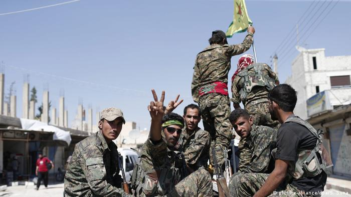 Syrien YPG in Rakka (picture-alliance/dpa/S. Suna)