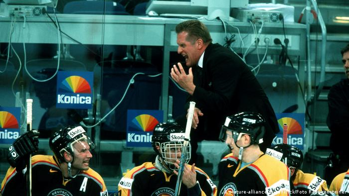 Esihockey WM 2001 Deutschland - Italilen Hans Zach (picture-alliance/Augenklick/Foto Rauchensteiner)