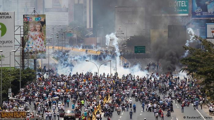 Venezuela Protesten gegen Präsident Nicolas Maduro in Caracas (Reuters/C. Veron)