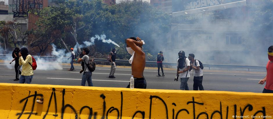 Polícia usou gás lacrimogêneo contra manifestantes em Caracas