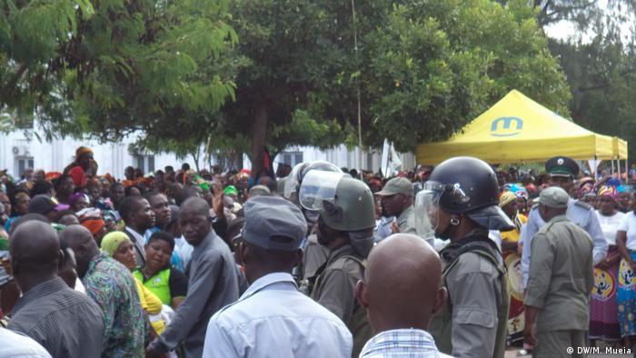 Mosambikanische Polizei während Frauentag in Quelimane