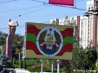 Плакат с гербом Приднестровья в центре Тирасполя