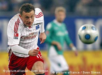 Olić trči za loptom u prošlogodišnjoj sezoni Bundeslige, iza njega je jedan igrač Werdera