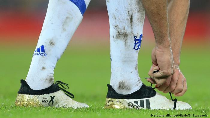 Football player tying his shoelaces (picture-alliance/Offside/S. Stacpoole )