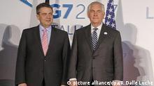 US-Außenminister Rex Tillerson (r), steht am 11.04.2017 beim Familienfoto des G7-Außenministertreffens in Lucca (Italien) neben Bundesaußenminister Sigmar Gabriel (SPD). (zu dpa «G7 ringt um Position gegenüber Russland - Extra-Runde zu Syrien» vom 11.04.2017) - RECROP bestmögliche Qualität - Foto: Riccardo Dalle Luche/ANSA/AP/dpa +++(c) dpa - Bildfunk+++ |