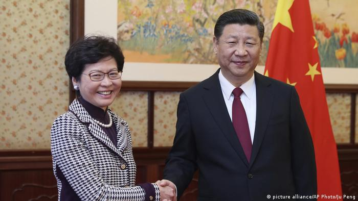 China Carrie Lam und Xi Jinping (picture alliance/AP Photo/Ju Peng)