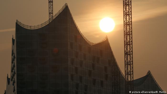 Deutschland Saharastaub trübt Frühlingssonne in Hamburg (picture-alliance/dpa/B. Marks)