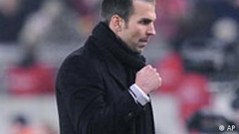 Ein kleiner Schritt für Markus Babbel, der VfB-Teamchef zeigt sich nicht unzufrieden. (Foto: AP)