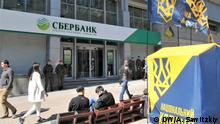 Russische Bank Sberbank in der Ukraine Proteste