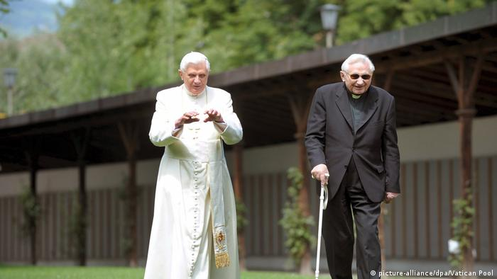 Pope Benedict XVI. (L) strolls with his brother Georg Ratzinger, 2008 (picture-alliance/dpa/Vatican Pool)