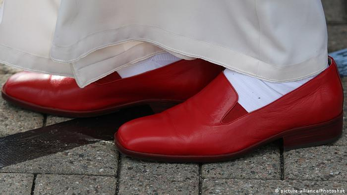 Pope Benedict's shoes (picture-alliance/Photoshot)