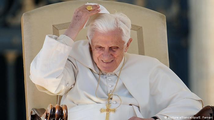 Pope Benedict XVI adjusts his cap (picture-alliance/dpa/E. Ferrari)