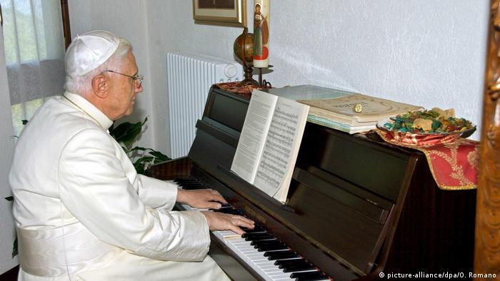 Papst Benedikt am Klavier (picture-alliance/dpa/O. Romano)
