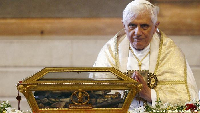 Pope Benedict XVI prays in front of the remains of St Augustine (picture-alliance/dpa/S. Rellandini)