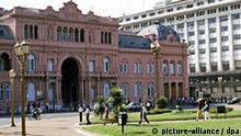 Außenaufnahme des Präsidentenpalastes Casa Rosada in Buenos Aires. Undatiert.