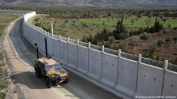 Turquía completó este 11 de abril la construcción del llamado Muro de Erdogan de 556 kilómetros de largo en la frontera con Siria. Activistas de derechos humanos critican la medida porque también impide la entrada de refugiados sirios que huyen de la guerra. 11.04.2017