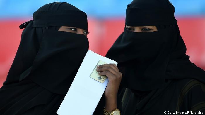 Por primera vez en la historia de Arabia Saudí, las mujeres podrán asistir el próximo viernes a un partido de fútbol, en concreto, a un encuentro de la Primera División en el estadio de la ciudad costera de Yeda. Pero deben hacerlo acompañadas de familiares. (8.01.2018).